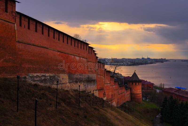 Взгляд Nizhny Novgorod Кремля на заходе солнца стоковое изображение