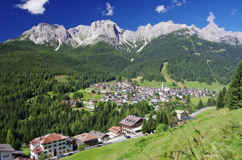 Взгляд Padola, Comelico Superiore, стоковые фото