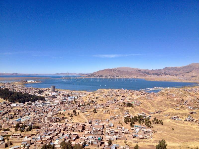 Взгляд Puno и озера Titicaca сверху стоковое фото rf