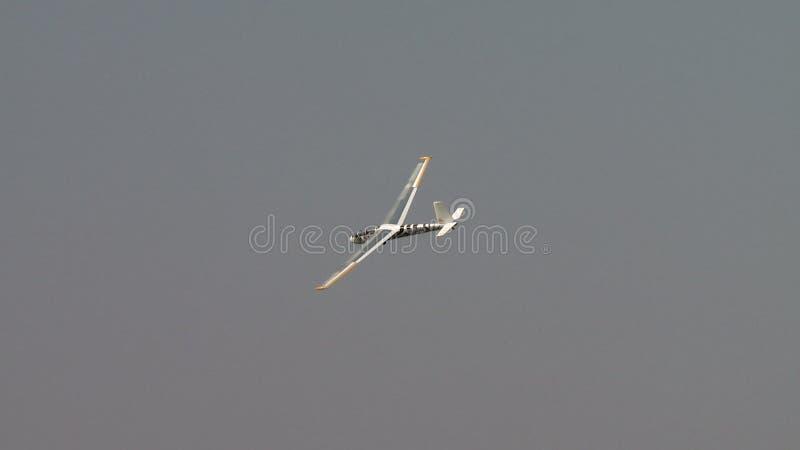 Взгляд sailplane летел за башней клетки сток-видео