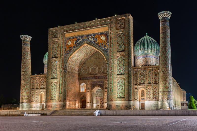 Взгляд Sher-Dor Madrasah в Самарканде, Узбекистане стоковая фотография