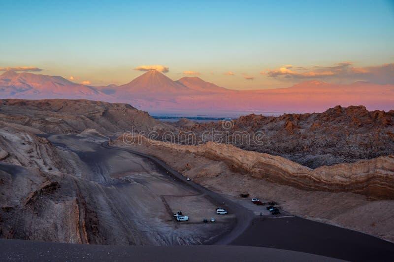 Взгляд Volcan Licancabur от Ла луны Valle de около San Pedro d стоковая фотография rf