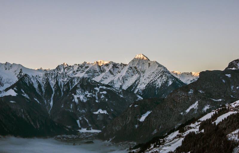 Взгляд Zillertal Австрия 2 панорамы горы восхода солнца стоковое изображение