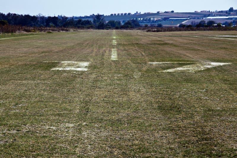 взлетно-посадочная полоса с травяным покрытием стоковое фото rf