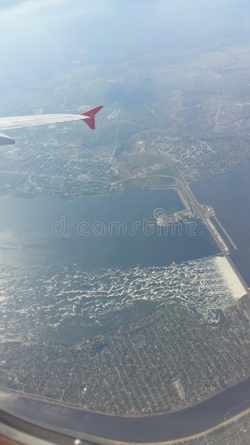 Взлет! взгляд от иллюминатора к реке стоковое фото rf