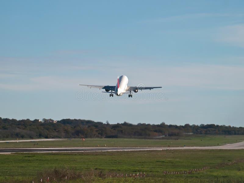 Взлет самолета стоковые изображения rf