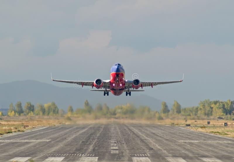 взлет 737 стоковая фотография
