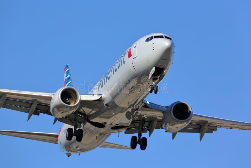 Взлётно-посадочная дорожка америкэн эрлайнз Боинга 737 причаливая стоковые фото