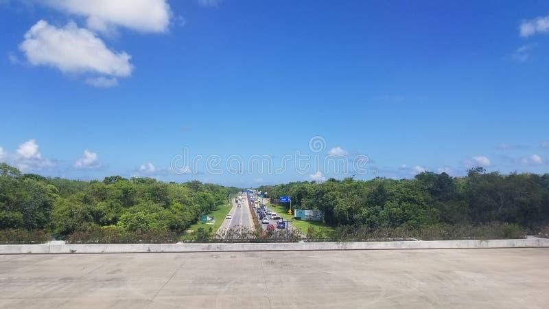 Взлётно-посадочная дорожка над дорогой стоковое фото rf