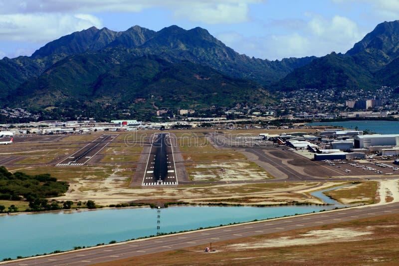 взлётно-посадочная дорожка honolulu авиапорта стоковые фото