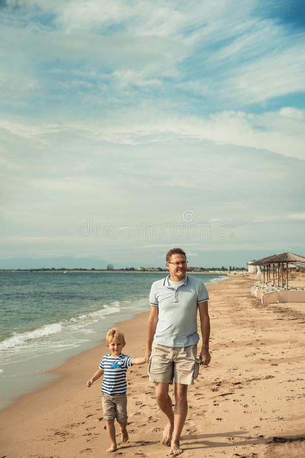Взморье отца и сына идя стоковые фотографии rf