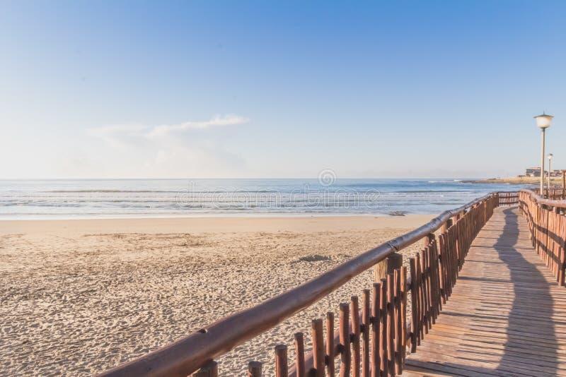 Взойдите на борт прогулки пляжем в утре стоковые фотографии rf