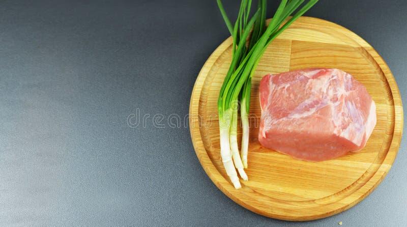 Взойдите на борт свинины и говядины мяса еды сырцовых на деревянном рве с vegetab стоковые изображения rf