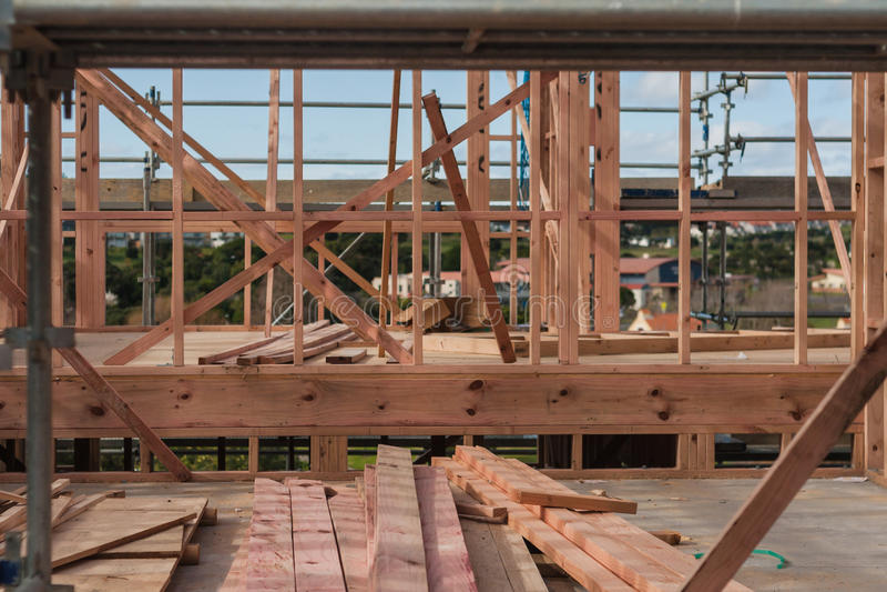 Взойдите на борт на строительной площадке частного дома стоковые фото