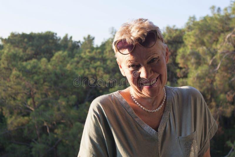 взрослая женщина в солнцезащитных очках на лбу стоковое фото