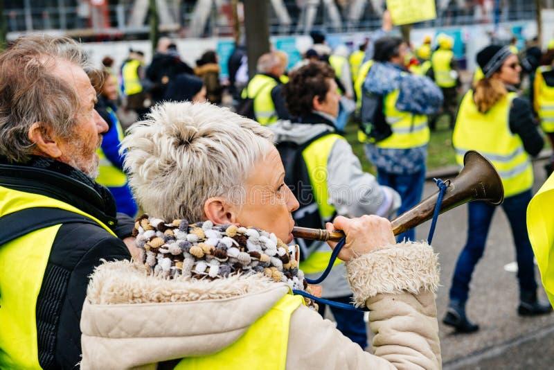 Взрослая женщина делая шум из рожка стоковое изображение