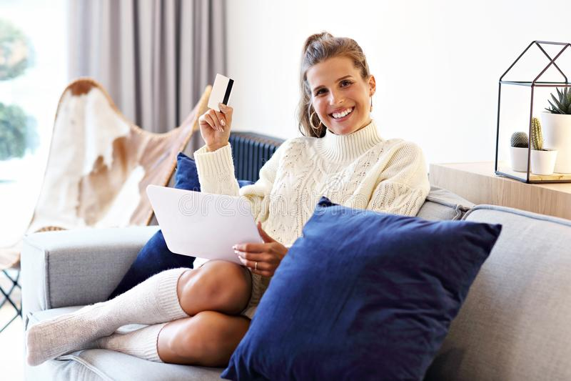 Взрослая женщина нося теплый свитер и shoping онлайн стоковые изображения rf