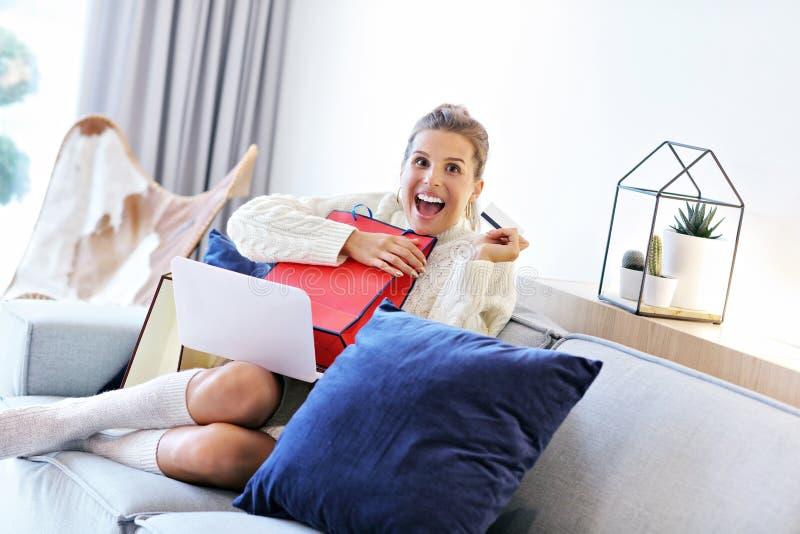 Взрослая женщина нося теплый свитер и shoping онлайн стоковые фото