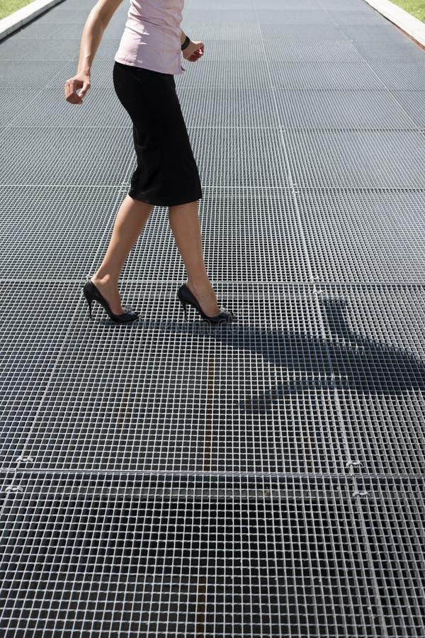 Взрослая женщина пробуя сбалансировать на ботинках высоких пяток стоковые фотографии rf