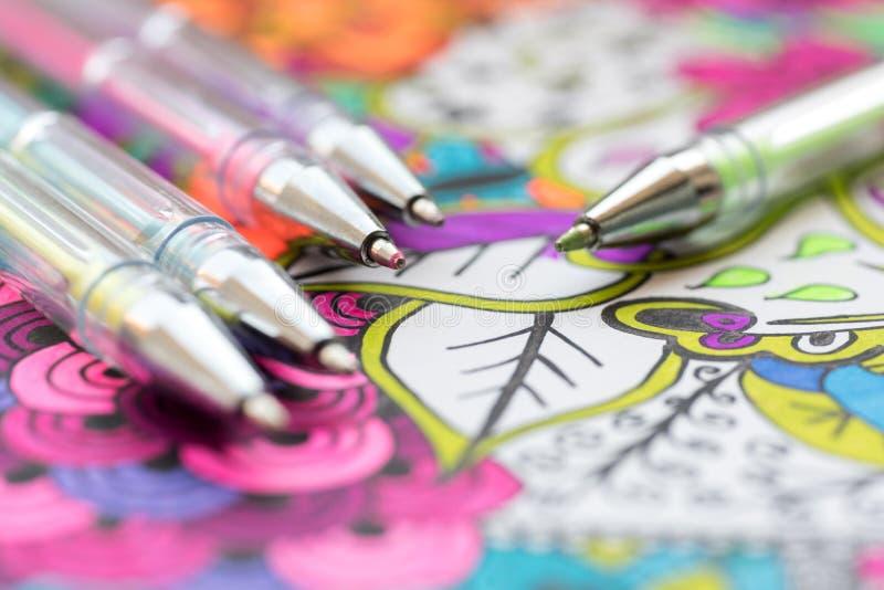 Взрослая книжка-раскраска, новая тенденция сбрасывать стресса Концепция терапией, психическими здоровьями, творческими способност стоковая фотография