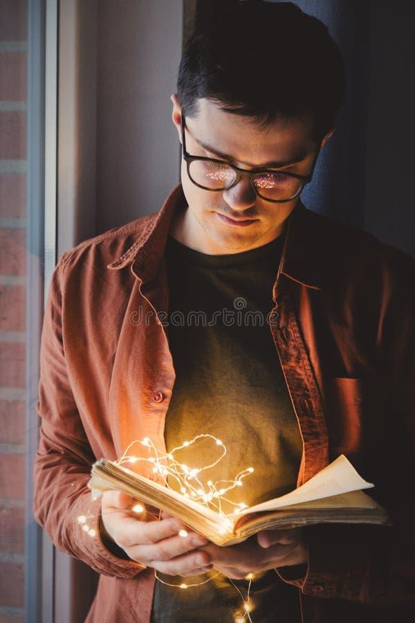 Взрослая молодая кавказская книга чтения человека стоковые изображения rf