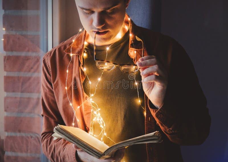 Взрослая молодая кавказская книга чтения человека стоковая фотография