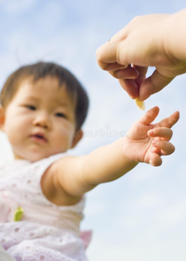 взрослая рука ребёнка вне достигая s к стоковые изображения