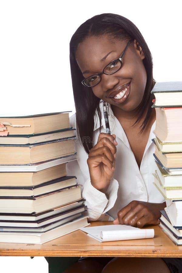 взрослое афро американское образование книги изучая женщину стоковая фотография rf