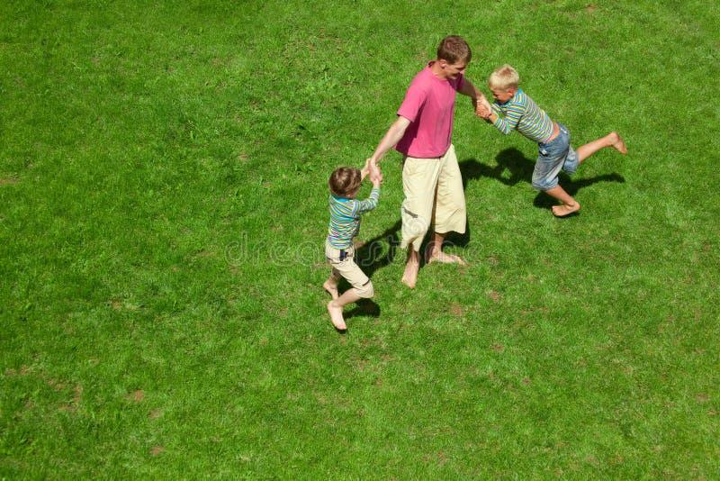 взрослый взгляд верхней части 2 игры лужайки мальчиков стоковые фото