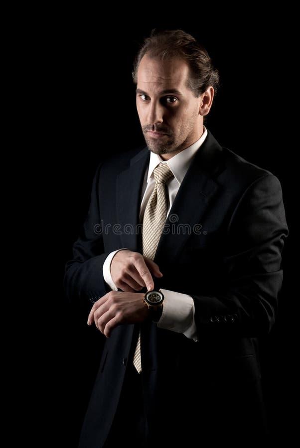 взрослый краиний срок часов бизнесмена указывая к стоковые изображения rf