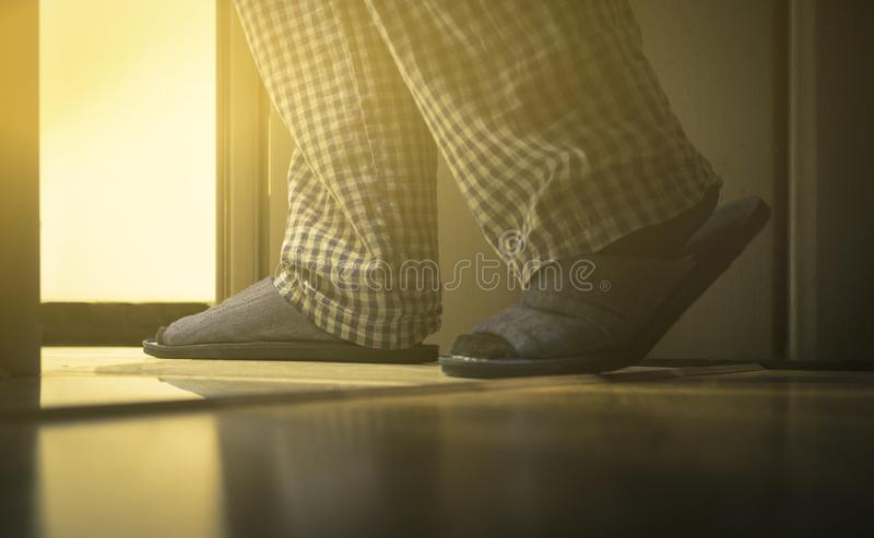 Взрослый человек в pijamas идет к ванной комнате на ноче Концепция здоровь ` s людей тонизировано стоковое изображение