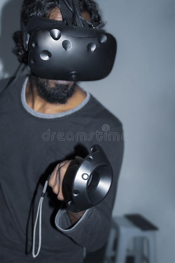 Взрослый человек играя игру VR стоковые фотографии rf