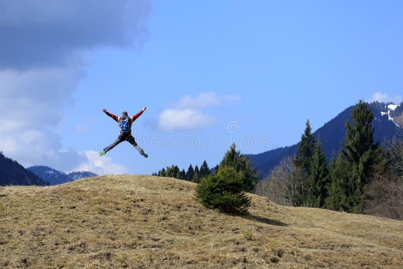 Взрослый hiker скачет стоковая фотография