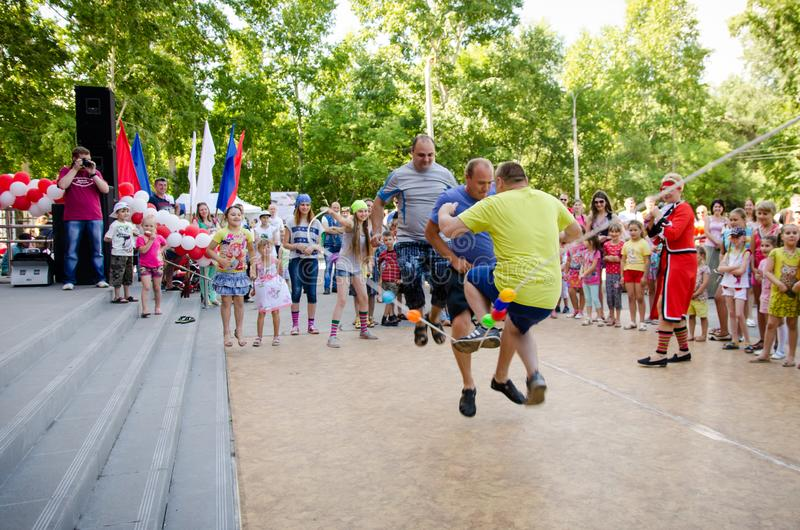 3 взрослых люд в то же время скача над веревочкой которая девушки во владении костюмов пирата на партии пирата стоковое изображение rf