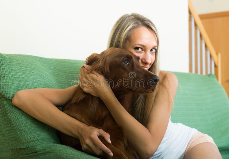 Взрослая девушка с красным ирландским сеттером стоковые фото