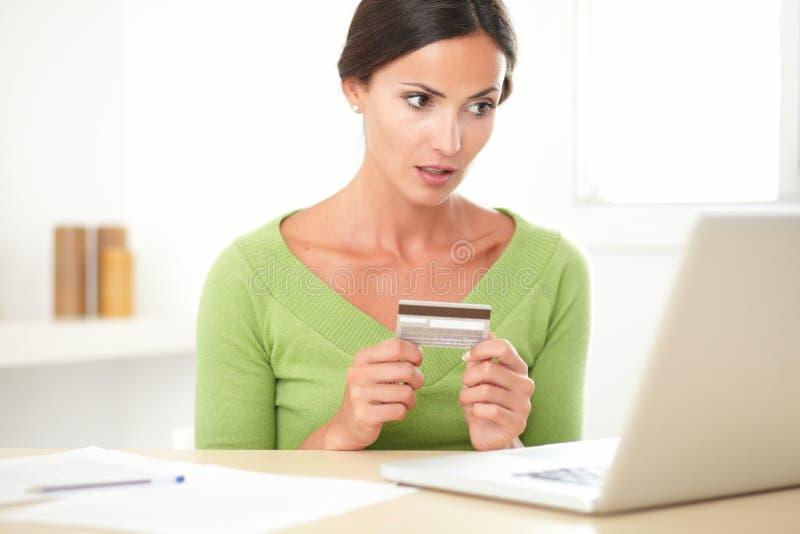 Взрослая женщина брюнет оплачивая с электронным бумажником стоковое фото rf