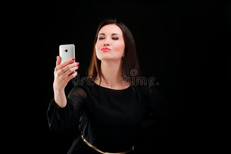 Взрослая женщина делая фото собственной личности стоковые изображения rf
