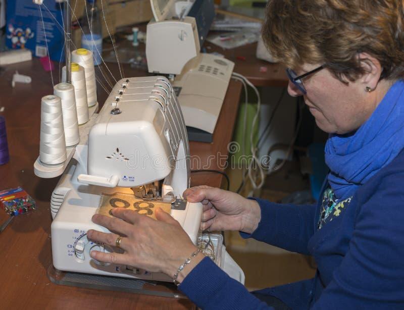 Женщина в мастерской делая одежды стоковая фотография