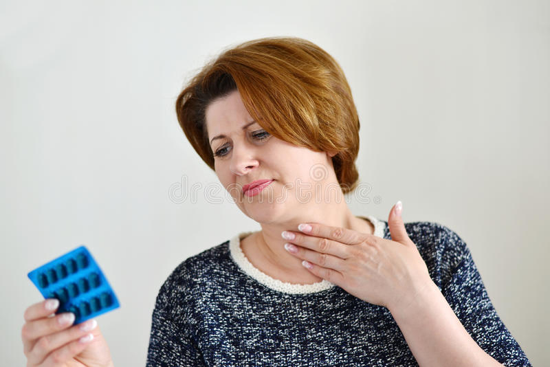 Взрослая женщина с болью в горле стоковое изображение