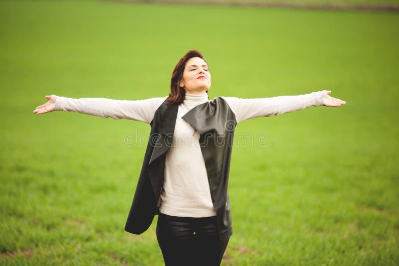 Взрослая женщина дышая в духовном пути стоковые изображения