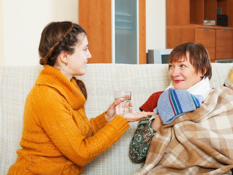 Взрослая дочь заботя для женщины больного зрелой стоковое фото rf