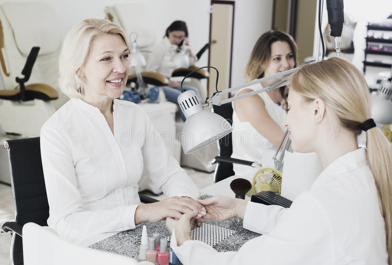 Взрослые женщины делая маникюр стоковое фото