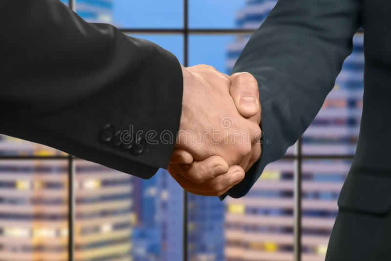 Взрослые кавказские бизнесмены трясут руки стоковое изображение rf