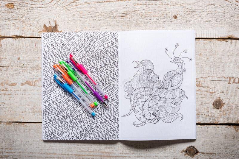 Взрослые книжка-раскраски, новая тенденция сбрасывать стресса стоковое фото