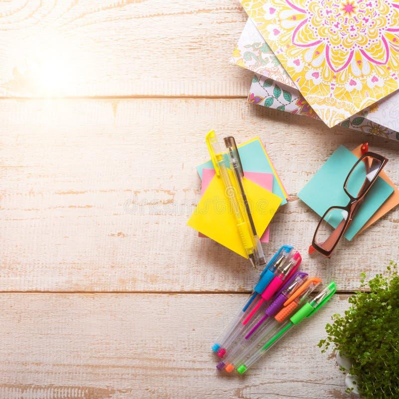 Взрослые книжка-раскраски, новая тенденция сбрасывать стресса стоковые фото