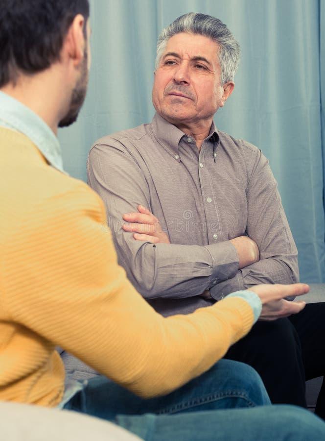 Взрослые отец и сын разрешают проблемы стоковые изображения rf