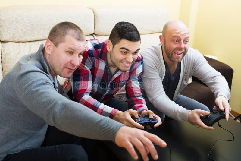 Взрослые парни сидя с кнюппелями стоковые фото