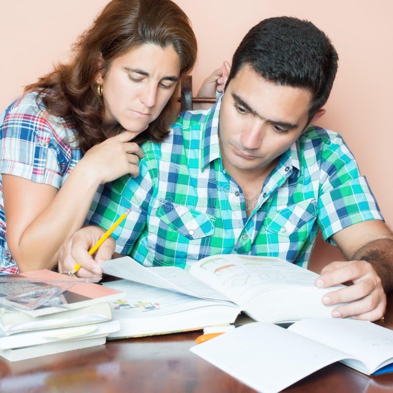 Взрослые пары изучая дома стоковое фото