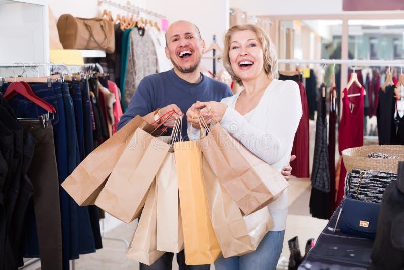 Взрослые старшие пары с приобретениями в сумках стоковая фотография rf