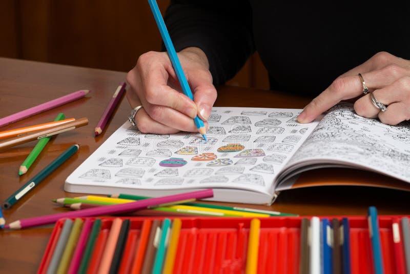 Взрослые чертежи сброса стресса расцветки стоковое фото